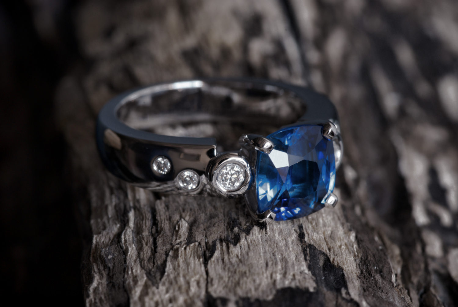 Bague Nina. Or gris, saphir de Ceylan et diamants.