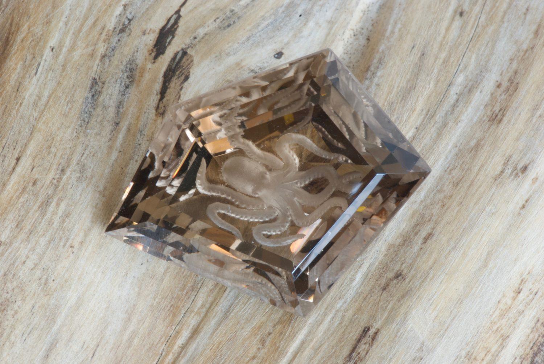 Quartz fumé naturel, gravé en intaille d'une pieuvre. 74,47 carats