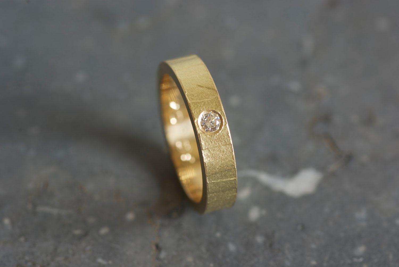 Alliance Mikaï. Or jaune et diamant.
