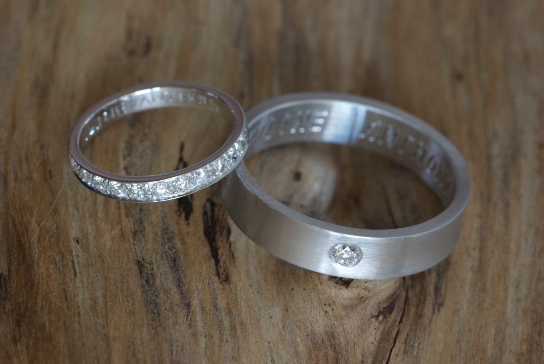 Alliance diamants et alliance ruban. Or gris et diamants.