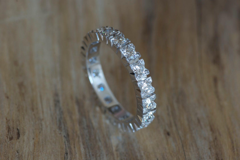 Alliance diamants. Or gris et diamants.