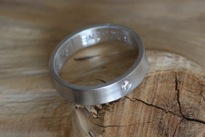 Alliance ruban. Or gris et diamant.