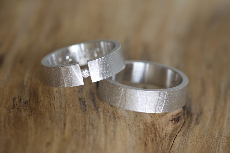 Alliances Mikaï. Or gris et diamant.