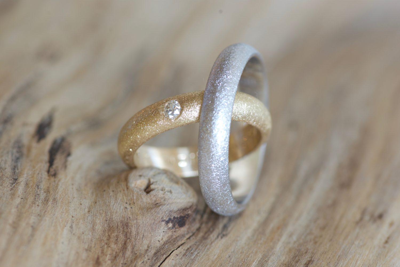 Alliances demi-jonc sablées. Or gris, or jaune et diamant.