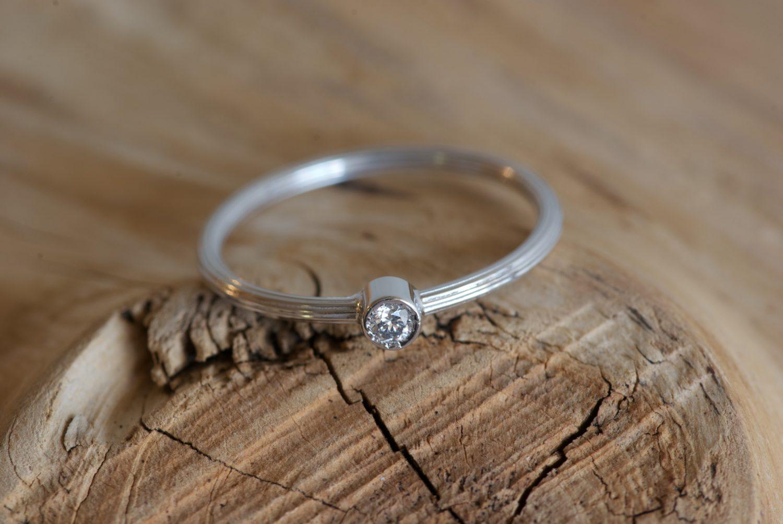 Bague Comet. Or gris et diamant.