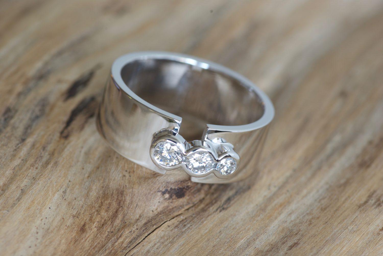 Bague Link. Or gris et diamants.