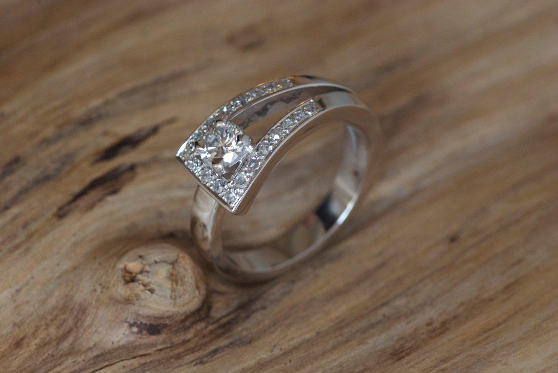 Bague Loop 1. Or gris et diamants.