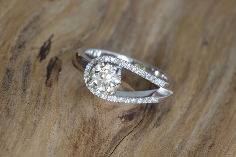 Bague Loop 2. Or gris et diamants.