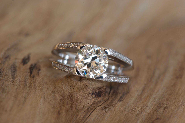 Bague Massada. Or gris et diamants.