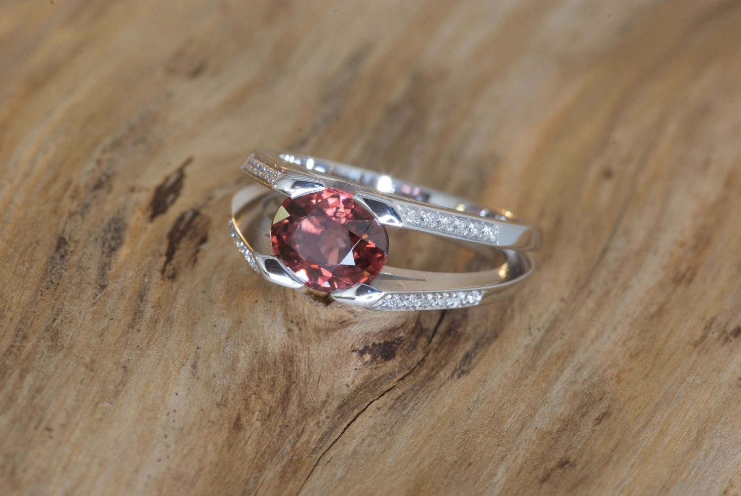 Bague Massada. Or gris, zircon rouge et diamants.