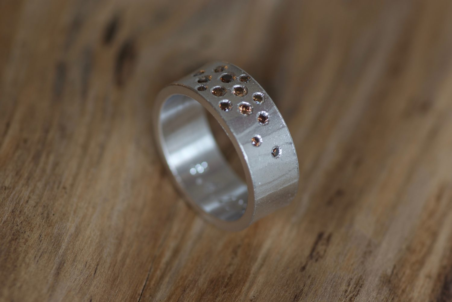 Bague Mikaï constellation. Or gris et diamants cognac.