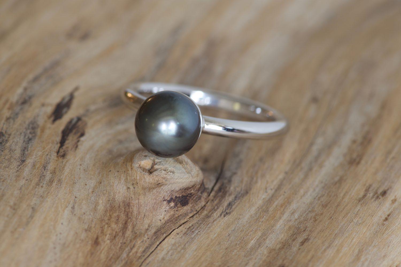 Bague Mun. Or gris et perle de Tahiti.