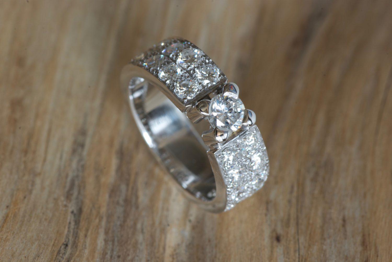 Bague Odessa. Or gris et diamants.