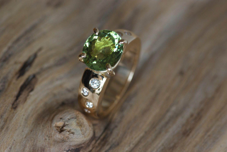 Bague Padhang. Or jaune, tourmaline verte et diamants.