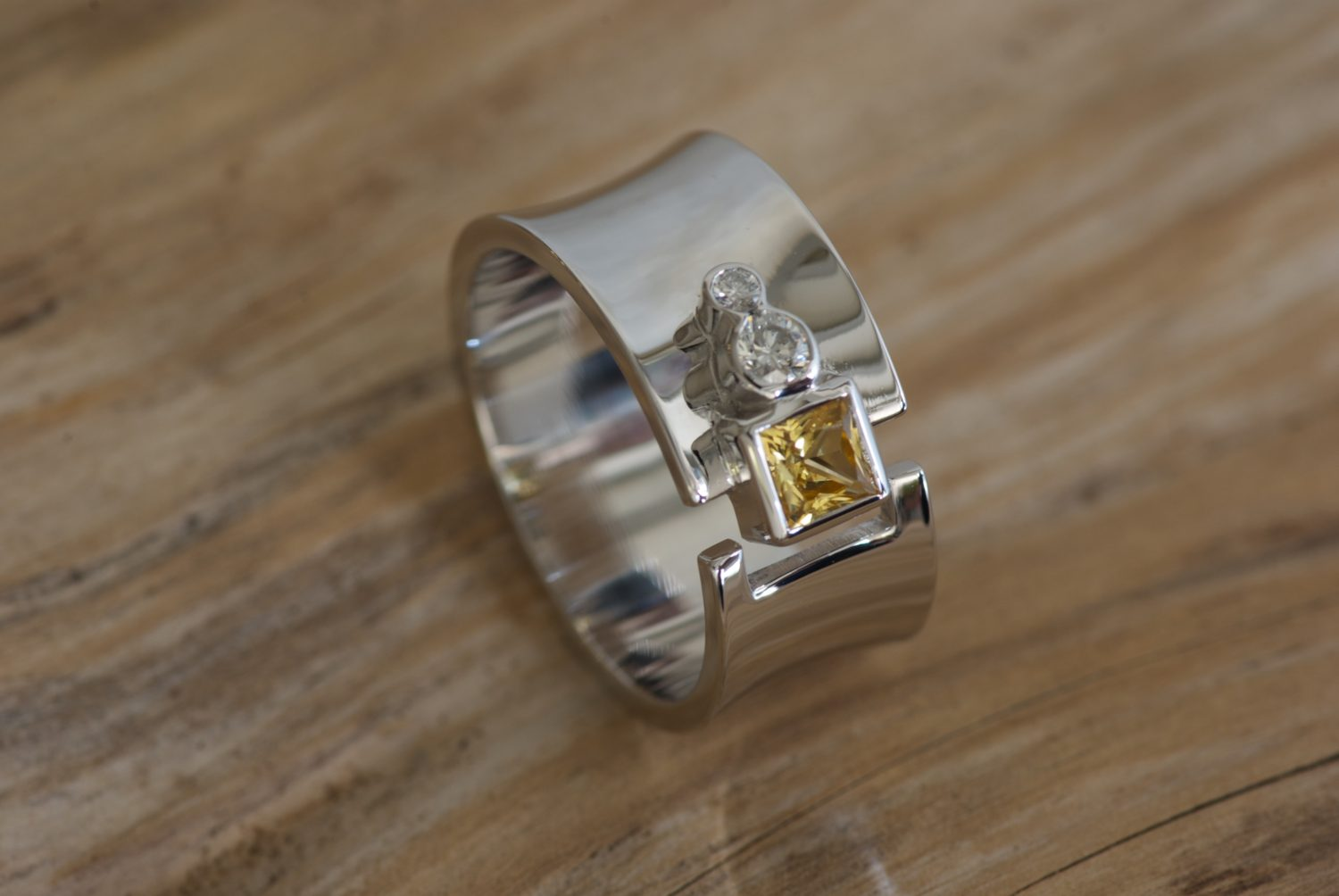 Bague Sencha revisitée. Or gris, saphir jaune et diamants.