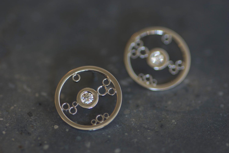 Boucles d'oreilles Ginkan. Or gris et diamants.