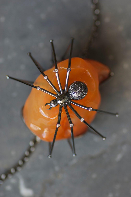 Bouton de col Spider, commande spéciale. Or rhodié noir, diamants et opale de feu de 85,21 carats.