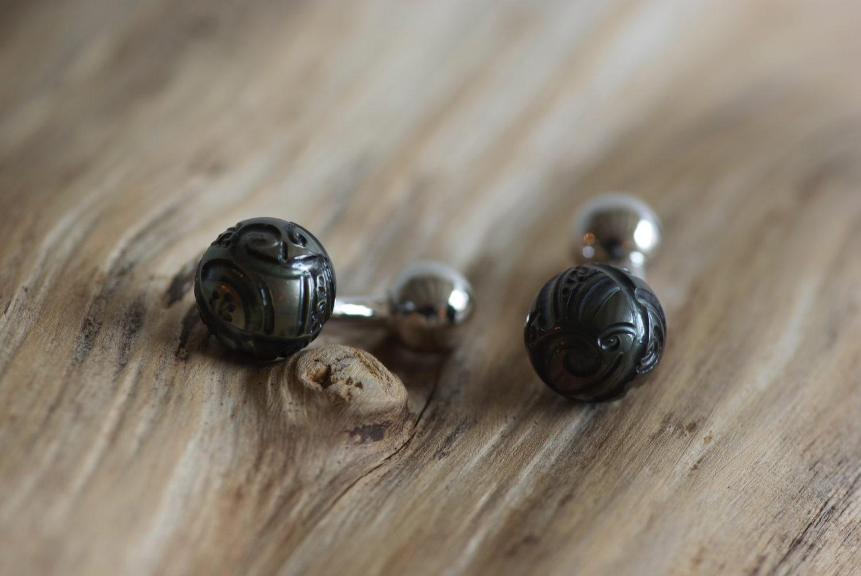 Boutons de manchettes Planets. Argent rhodié et perles de Tahiti sculptées.