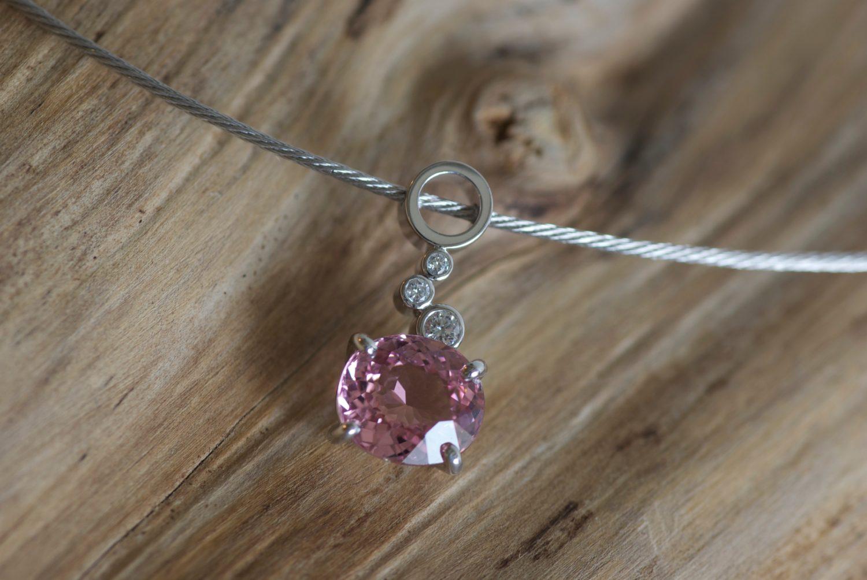 Collier Astéria. Or gris, tourmaline rose et diamants.