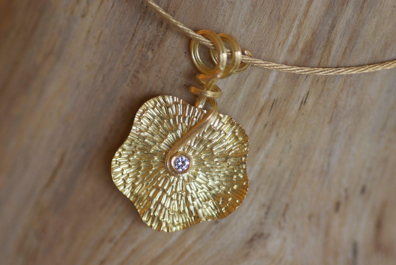 Collier Flower. Or jaune et diamant.