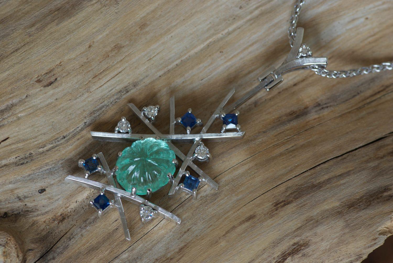 Collier Sarah Bernhardt. Or gris, émeraude, saphir et diamants.