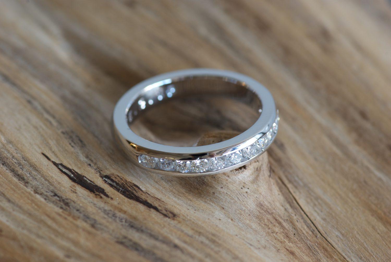 Demie-alliance diamants. Or gris et diamants.