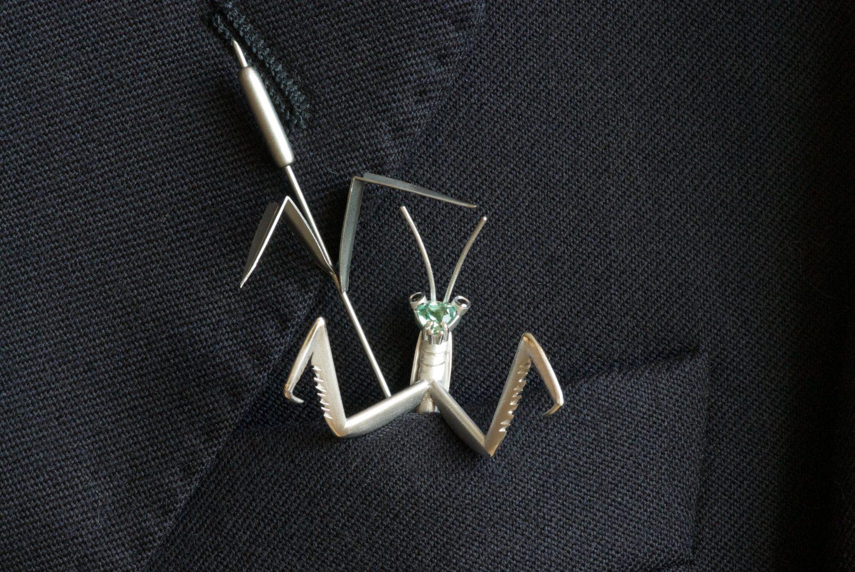 Ornement de pochette Mante religieuse, commande spéciale. Or gris, tourmaline verte et diamants noir.