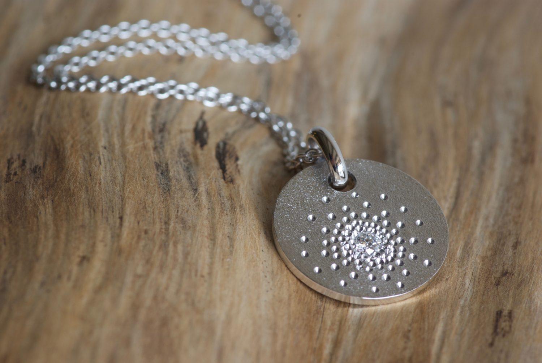 Pendentif Stardust. Or gris et diamant.