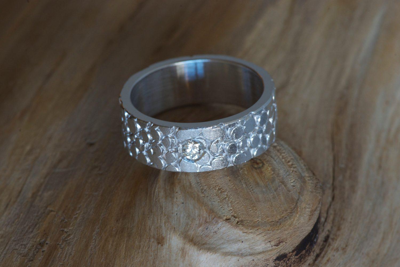 Solitaire Galuchat. Or gris et diamant.