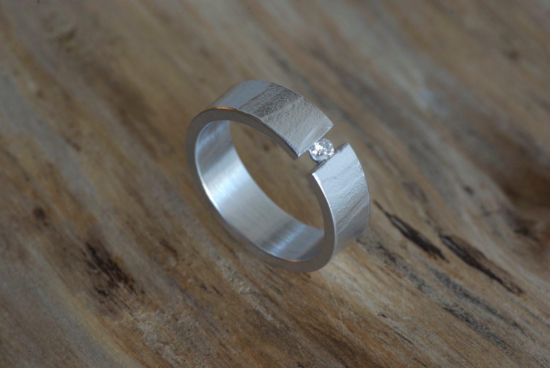 Solitaire Mikaï. Or gris et diamant.