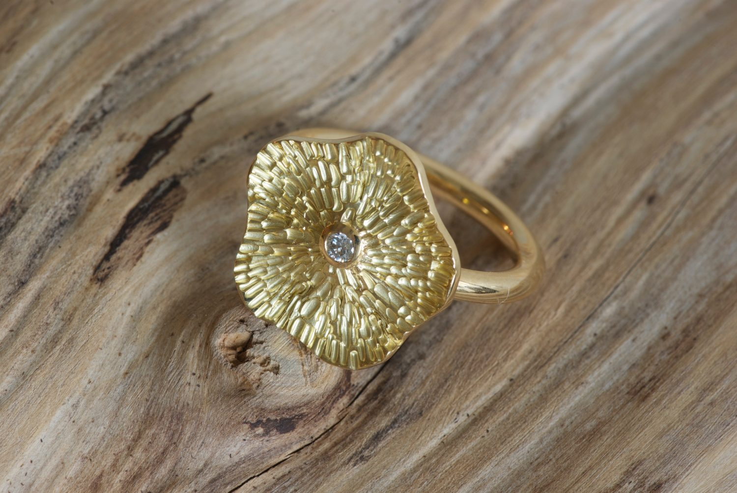 Bague Flower. Or jaune et diamant.