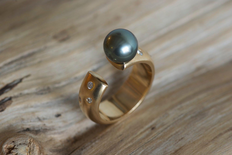 Bague Lintasan. Or jaune, perle de Tahiti et diamants.