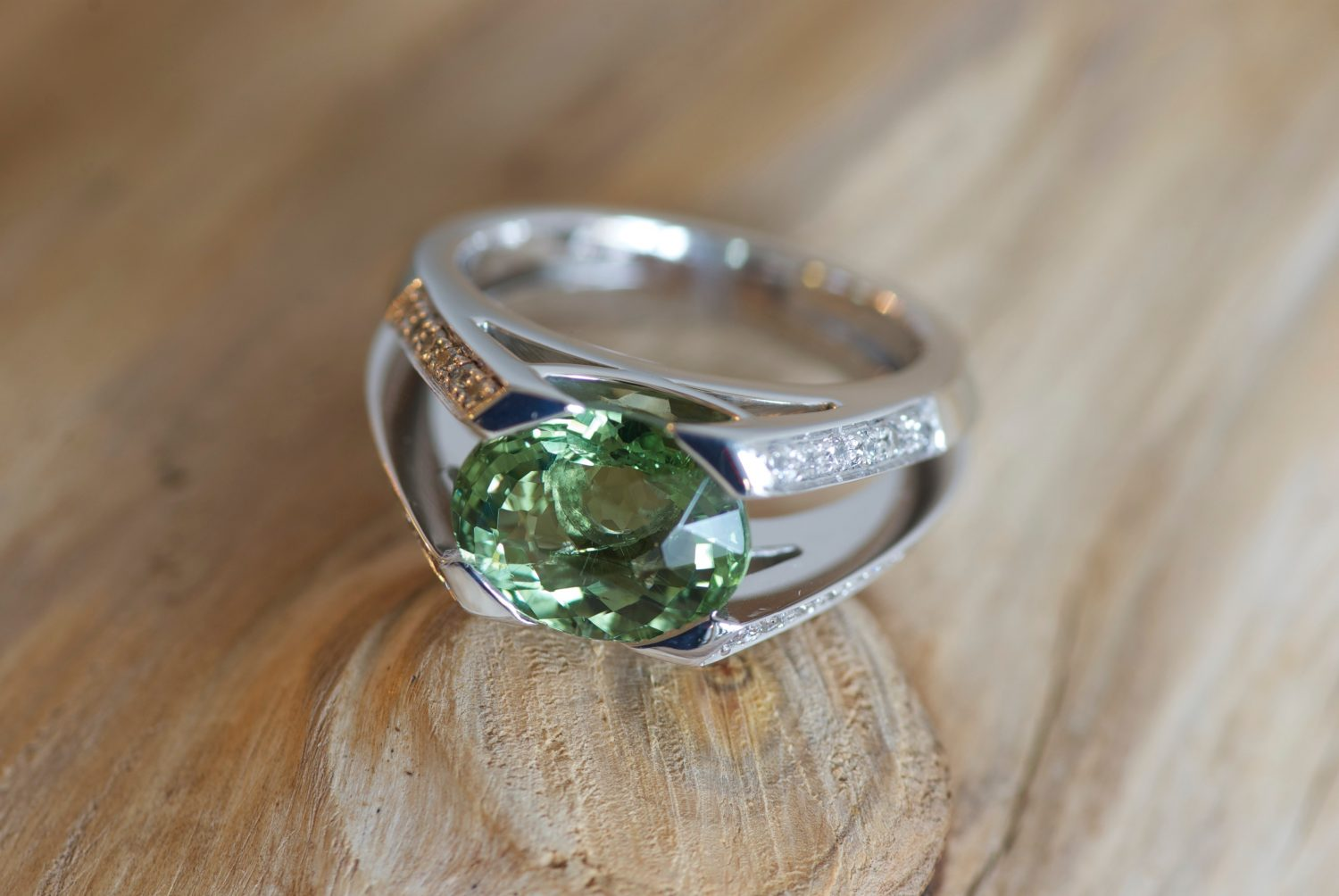 Bague Massada. Or gris, Tourmaline verte et diamants.