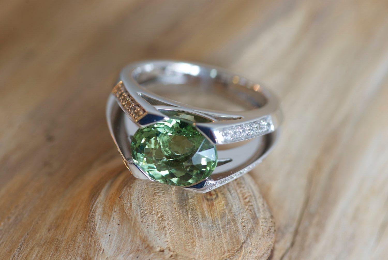 Bague Massada. Or gris, Tourmaline verte et diamants.
