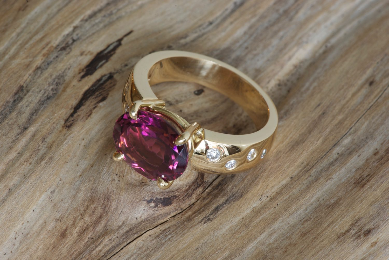 Bague Padhang. Or jaune, tourmaline rose et diamants.