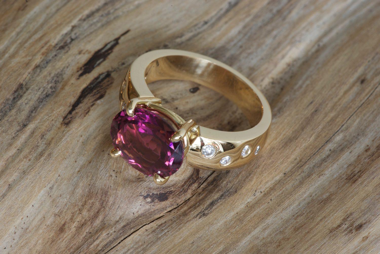 Bague Padhang. Or jaune, tourmaline rose et diamants.