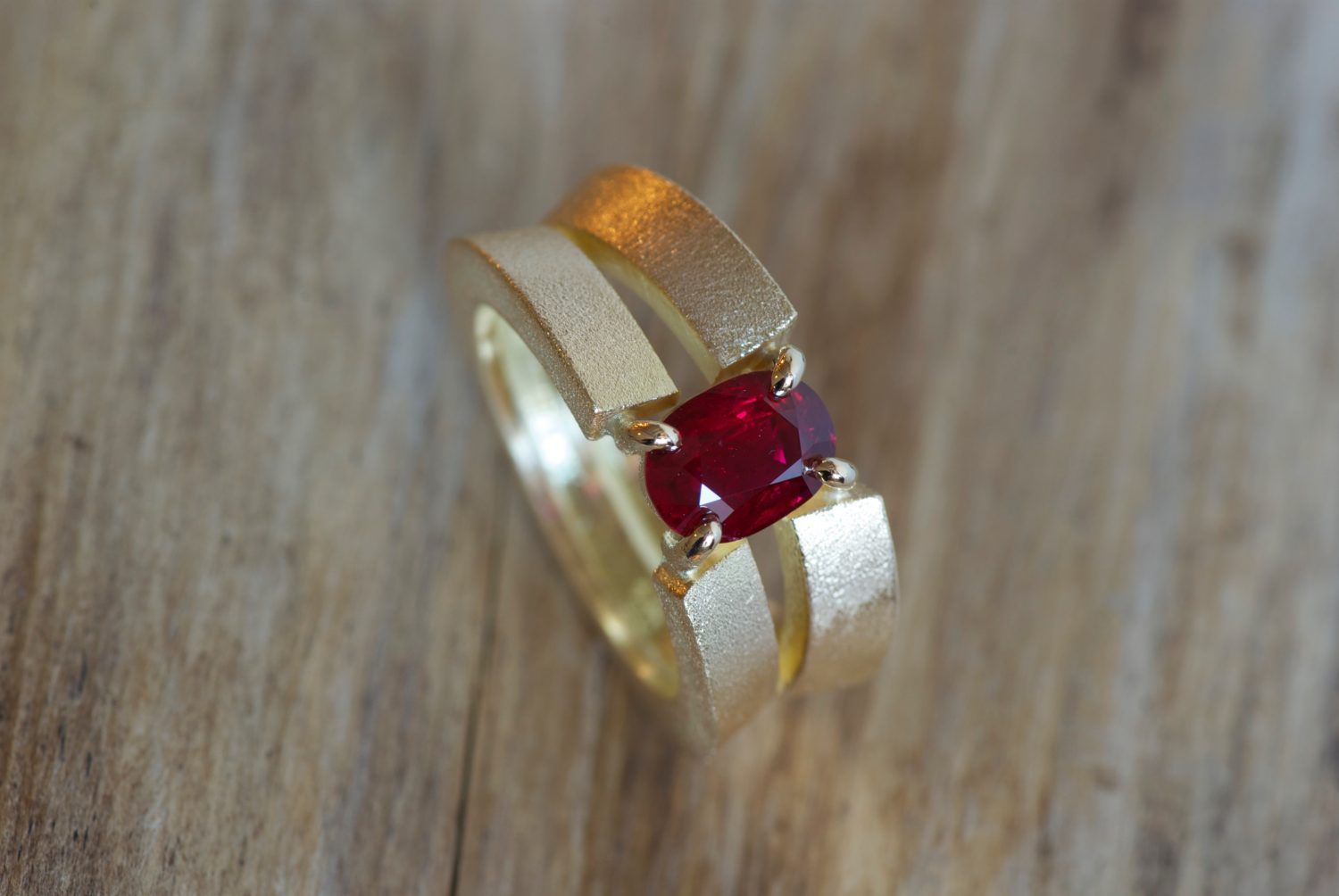 Bague Pop. Or jaune et rubis de Birmanie.
