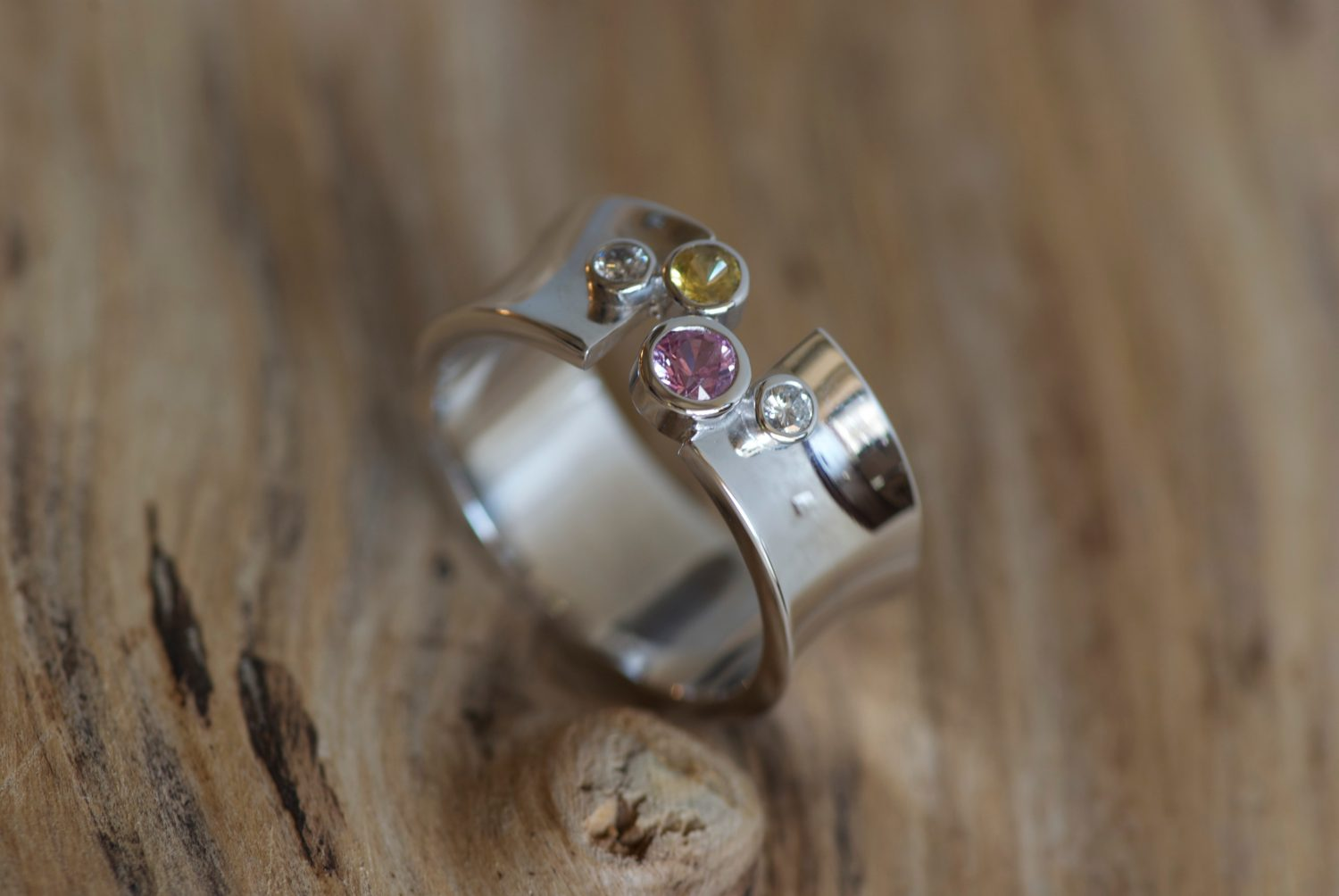 Bague Sparks. Or gris, saphir jaune et rose, diamants.