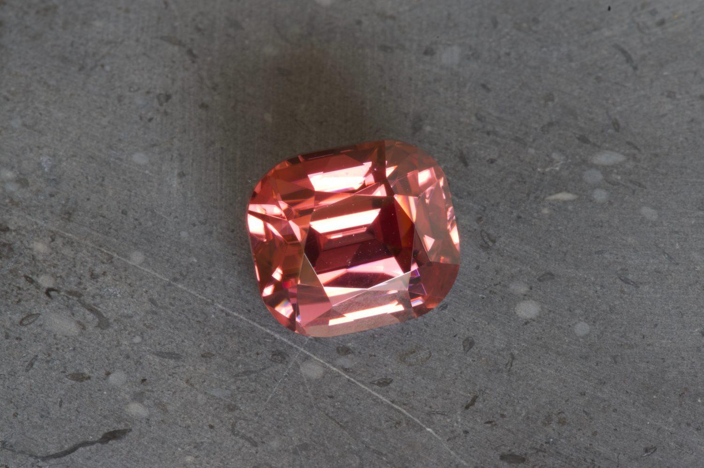 Zircon rose naturel de Tanzanie. 10,12 carats