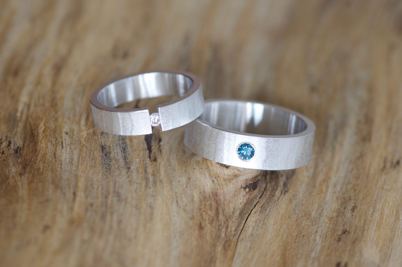 Alliances Mikaï. Or gris et diamants bleu et blanc.