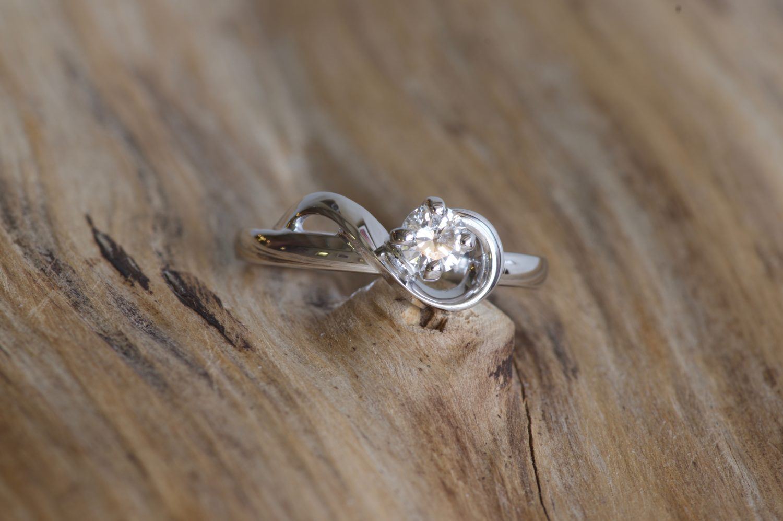 Solitaire Link. Or gris et diamant.