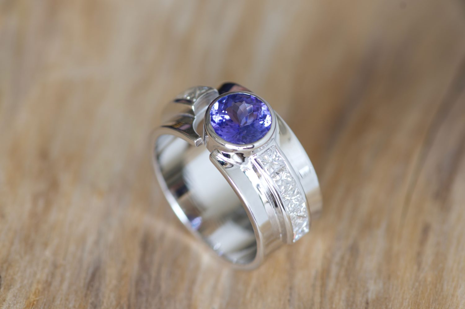 Bague Kangae. Or gris, tanzanite et diamants.