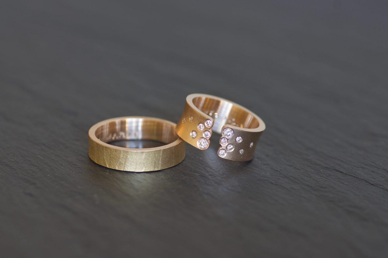 Alliance Mikaï et bague Yunnan, or jaune et diamants.