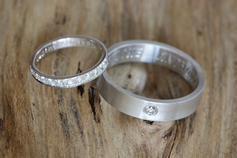 Alliance diamants et alliance ruban, or blanc.