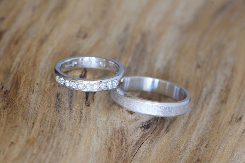 Alliance ruban et alliance diamants, or blanc.