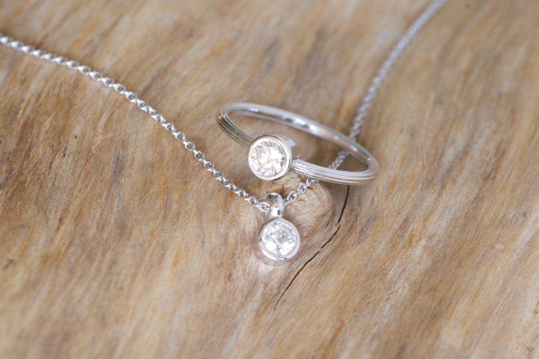 Bague Comet et pendentif Bubble, or blanc et diamants.