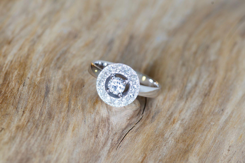 Bague Electre, or blanc et diamants.