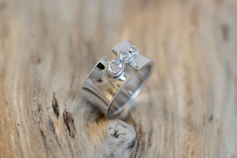 Bague Link, or blanc et diamants.