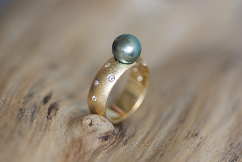 Bague Lintasan, or jaune, perle de Tahiti et diamants.