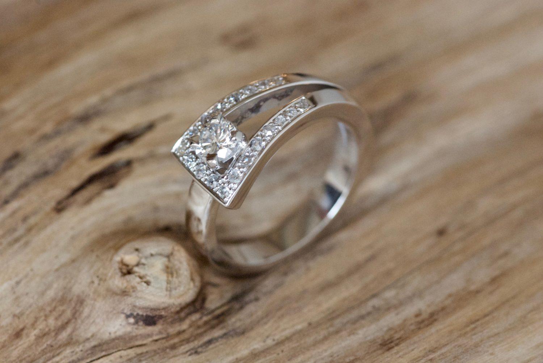 Bague Loop 1, or blanc et diamants.